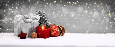Διακόσμηση Χριστουγέννων και κόκκινο κερί εμφάνισης Στοκ Εικόνες
