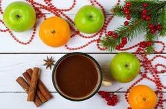 Διακόσμηση Χριστουγέννων και μια κούπα με ένα ζεστό ποτό σε ένα ξύλινο tabl Στοκ Φωτογραφίες