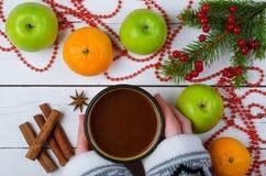 Διακόσμηση Χριστουγέννων και μια κούπα με ένα ζεστό ποτό σε ένα ξύλινο tabl Στοκ Εικόνα