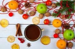 Διακόσμηση Χριστουγέννων και μια κούπα του καυτού κακάου σε έναν ξύλινο πίνακα Στοκ Φωτογραφία
