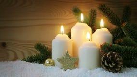 Διακόσμηση Χριστουγέννων και τέσσερα καίγοντας κεριά εμφάνισης απόθεμα βίντεο