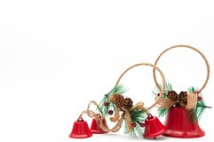 Διακόσμηση Χριστουγέννων, κόκκινα κουδούνια που απομονώνονται στο άσπρο υπόβαθρο Στοκ Εικόνα