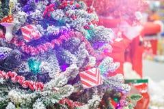 διακόσμηση Χριστουγέννων 2 Λαμπρό ελαφρύ υπόβαθρο διακοσμήσεων Χριστουγέννων φλογών εύθυμο με το διάστημα αντιγράφων για το μήνυμ Στοκ Φωτογραφίες