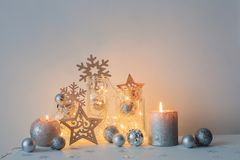 Διακόσμηση Χριστουγέννων με τα κεριά στον άσπρο τοίχο υποβάθρου στοκ φωτογραφία