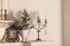 Διακόσμηση Χριστουγέννων με τα κεριά στο ράφι, άσπρος τοίχος Αναδρομικά ασημένια κηροπήγια με τα άσπρα κεριά Τονισμένη αναδρομική στοκ εικόνες με δικαίωμα ελεύθερης χρήσης