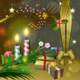 Διακόσμηση Χριστουγέννων με τα κεριά, τα δώρα και τον ελαιόπρινο Στοκ Εικόνες