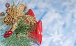 Διακόσμηση Χριστουγέννων με τα κουδούνια, κώνοι πεύκων στοκ φωτογραφίες