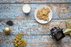 Διακόσμηση Χριστουγέννων με την εκλεκτής ποιότητας ταινία καμερών στοκ εικόνες