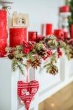 Διακόσμηση Χριστουγέννων με την εστία στο δωμάτιο Στοκ εικόνα με δικαίωμα ελεύθερης χρήσης