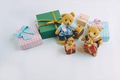 Διακόσμηση Χριστουγέννων με την καλή αρκούδα, ένα δώρο, ένα χριστουγεννιάτικο δέντρο, και μια κορδέλλα Στοκ Φωτογραφία