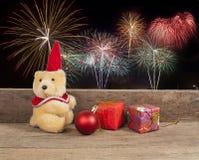 Διακόσμηση Χριστουγέννων με τη teddy αρκούδα στο υπόβαθρο πυροτεχνημάτων Στοκ Φωτογραφίες