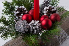 Διακόσμηση Χριστουγέννων με τις κόκκινες διακοσμήσεις και τους ασημένιους κώνους πεύκων Στοκ εικόνα με δικαίωμα ελεύθερης χρήσης