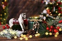 Διακόσμηση Χριστουγέννων με το άλογο λικνίσματος και το φανάρι κεριών στοκ εικόνες με δικαίωμα ελεύθερης χρήσης