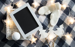 Διακόσμηση Χριστουγέννων με το άσπρο πλεκτό ξύλινο πλαίσιο γαντιών και άσπρο καλάθι στο ελεγμένο υπόβαθρο Στοκ εικόνα με δικαίωμα ελεύθερης χρήσης