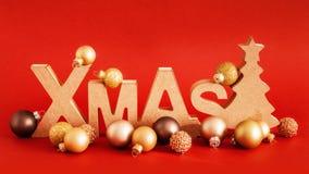 Διακόσμηση Χριστουγέννων με το κείμενο Χριστουγέννων και μερικές σφαίρες γυαλιού στοκ εικόνες