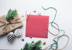 Διακόσμηση Χριστουγέννων με το κόκκινο υπόβαθρο καρτών για τα Χριστούγεννα Στοκ Φωτογραφίες