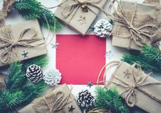 Διακόσμηση Χριστουγέννων με το κόκκινο υπόβαθρο καρτών Στοκ εικόνα με δικαίωμα ελεύθερης χρήσης