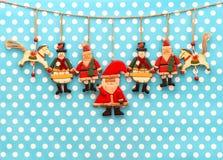 Διακόσμηση Χριστουγέννων με το παλαιό χέρι - γίνοντα ξύλινα παιχνίδια στοκ φωτογραφία με δικαίωμα ελεύθερης χρήσης