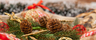 Διακόσμηση Χριστουγέννων με: Το στεφάνι Χριστουγέννων, κλάδοι πεύκων, κώνοι πεύκων, κίτρινοι ακτινοβολεί αστέρια Χριστουγέννων Στοκ Εικόνες