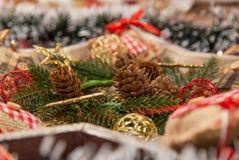 Διακόσμηση Χριστουγέννων με: Το στεφάνι Χριστουγέννων, κλάδοι πεύκων, κώνοι πεύκων, κίτρινοι ακτινοβολεί αστέρια Χριστουγέννων Στοκ Φωτογραφίες