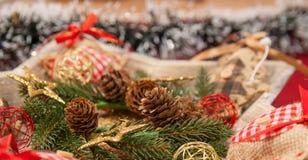 Διακόσμηση Χριστουγέννων με: Το στεφάνι Χριστουγέννων, κλάδοι πεύκων, κώνοι πεύκων, κίτρινοι ακτινοβολεί αστέρια Χριστουγέννων Στοκ φωτογραφίες με δικαίωμα ελεύθερης χρήσης