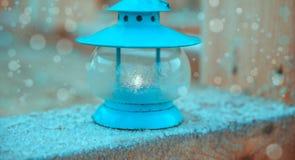 Διακόσμηση Χριστουγέννων με το φανάρι και το χιόνι μπλε snowflakes ανασκόπησης άσπρος χειμώνας Στοκ Εικόνες