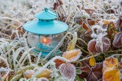 Διακόσμηση Χριστουγέννων με το φανάρι και το χιόνι μπλε snowflakes ανασκόπησης άσπρος χειμώνας Στοκ Φωτογραφία
