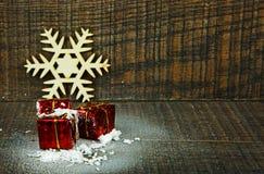 Διακόσμηση Χριστουγέννων με το χιόνι και τα δώρα Στοκ φωτογραφία με δικαίωμα ελεύθερης χρήσης