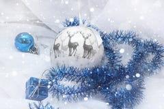 Διακόσμηση Χριστουγέννων με το χιόνι σφαιρών δώρων Στοκ Εικόνες