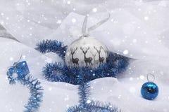 Διακόσμηση Χριστουγέννων με το χιόνι σφαιρών δώρων Στοκ εικόνα με δικαίωμα ελεύθερης χρήσης