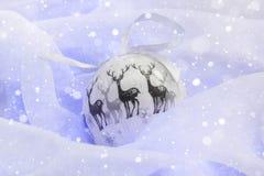 Διακόσμηση Χριστουγέννων με το χιόνι σφαιρών Στοκ Φωτογραφίες