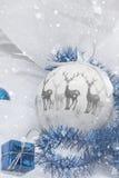 Διακόσμηση Χριστουγέννων με το χιόνι σφαιρών Στοκ Φωτογραφία
