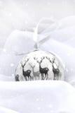 Διακόσμηση Χριστουγέννων με το χιόνι σφαιρών Στοκ φωτογραφία με δικαίωμα ελεύθερης χρήσης