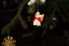 Διακόσμηση Χριστουγέννων με το χριστουγεννιάτικο δέντρο, τον άγγελο και τις κορδέλλες Στοκ Εικόνα