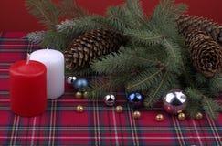 Διακόσμηση Χριστουγέννων με το χρυσά ασημένια και μπλε κόκκινο σφαιρών και το W Στοκ Φωτογραφία