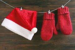 Διακόσμηση Χριστουγέννων με Santa ΚΑΠ και γάντια Στοκ εικόνες με δικαίωμα ελεύθερης χρήσης