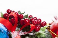 Διακόσμηση Χριστουγέννων μούρων ελαιόπρινου Στοκ Φωτογραφία