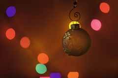Διακόσμηση Χριστουγέννων μπροστά από τα ζωηρόχρωμα φω'τα στοκ φωτογραφία