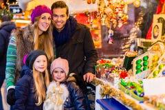 Διακόσμηση Χριστουγέννων οικογενειακής αγοράς στην αγορά Στοκ Εικόνες