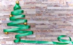 Διακόσμηση Χριστουγέννων πέρα από ένα υπόβαθρο τοίχων πετρών στοκ φωτογραφίες με δικαίωμα ελεύθερης χρήσης