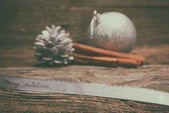 Διακόσμηση Χριστουγέννων πέρα από την ξύλινη ανασκόπηση Στοκ Φωτογραφία