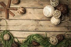 Διακόσμηση Χριστουγέννων πέρα από την ξύλινη ανασκόπηση Διακοσμήσεις πέρα από Wo Στοκ εικόνες με δικαίωμα ελεύθερης χρήσης