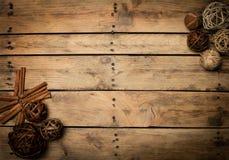 Διακόσμηση Χριστουγέννων πέρα από την ξύλινη ανασκόπηση Διακοσμήσεις πέρα από Wo Στοκ φωτογραφίες με δικαίωμα ελεύθερης χρήσης