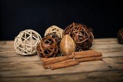 Διακόσμηση Χριστουγέννων πέρα από την ξύλινη ανασκόπηση Διακοσμήσεις πέρα από Wo Στοκ φωτογραφία με δικαίωμα ελεύθερης χρήσης