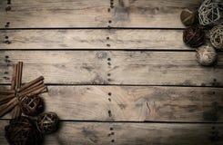Διακόσμηση Χριστουγέννων πέρα από την ξύλινη ανασκόπηση Διακοσμήσεις πέρα από Wo Στοκ Φωτογραφίες