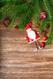 Διακόσμηση Χριστουγέννων πέρα από την ξύλινη ανασκόπηση Στοκ Εικόνες
