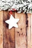 Διακόσμηση Χριστουγέννων πέρα από το ξύλινο υπόβαθρο. Εκλεκτής ποιότητας Χριστούγεννα Γ Στοκ Εικόνα