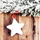 Διακόσμηση Χριστουγέννων πέρα από το ξύλινο υπόβαθρο. Εκλεκτής ποιότητας Χριστούγεννα Γ Στοκ φωτογραφία με δικαίωμα ελεύθερης χρήσης