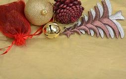 Διακόσμηση Χριστουγέννων, πεύκα σφαιρών και δέντρο στο πρότυπο εμβλημάτων Στοκ Φωτογραφίες