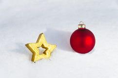 Διακόσμηση Χριστουγέννων που βάζει στο χιόνι 8 στοκ εικόνες με δικαίωμα ελεύθερης χρήσης